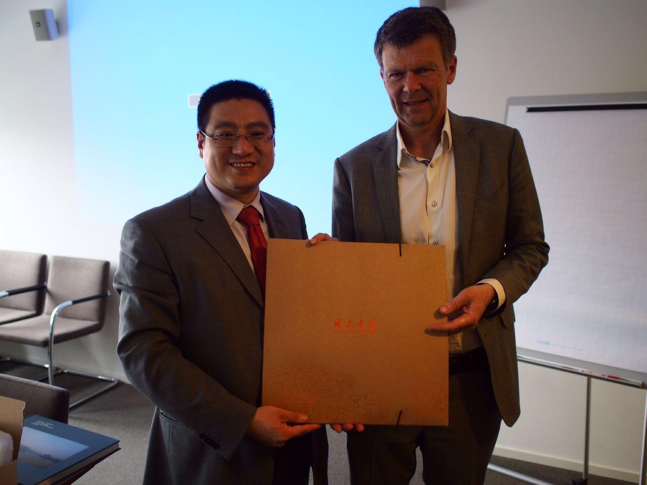 陈黎明先生向吕贝集团执行董事克鲁格先生赠送国立书画礼物