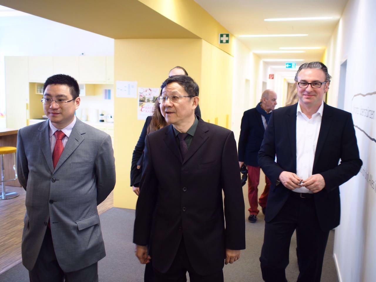 华媒控股赵晴董事长与精典博维总经理陈黎明先生参观吕贝集团总部